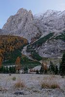 Passo di Fedaia (2057m), Westrampe. Rauhreif.