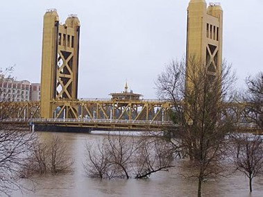 Tower Bridge a flood stage, Sacarmento -- sacratomatovillepost.com