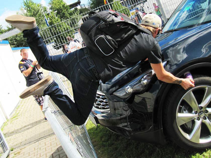 полет Кими Райкконена с забора на Гран-при Германии 2012