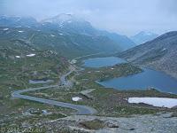 Kurz hinter Scheitelhöhe des Colle del Nivolet. Zwei namenlose Seen. Bei dem in der Bildmitte liegt am linken Ufer das Rifugio Savoia.