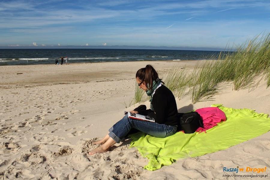 Czytam sobie na plazy w Czolpinie