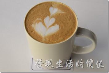 台南-森兜風早午餐。這熱美式咖啡及熱拿鐵的口感還可以,不苦也不酸,稍帶咖啡的香氣,工作熊給它中等的評價。