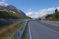 Auf dem Scheitel des Passo di Fedaia (2057m). Blick über den Stausee Lago di Fedaia zur Staumauer.