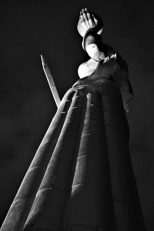 Statuia cu mama Georgia, tinand in mana palosul si cupa cu vin.