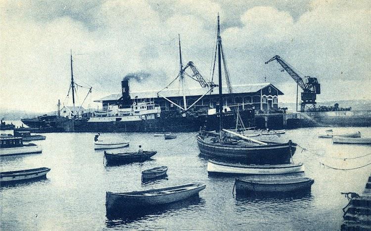 El Ferrol. Muelle de Concepción Arenal. Vapor CABO CORONA. Postal (2).jpg