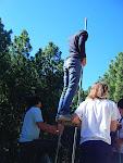 Iván, con la ayuda de los Rovers, pone la cuerda para izar la bandera scout