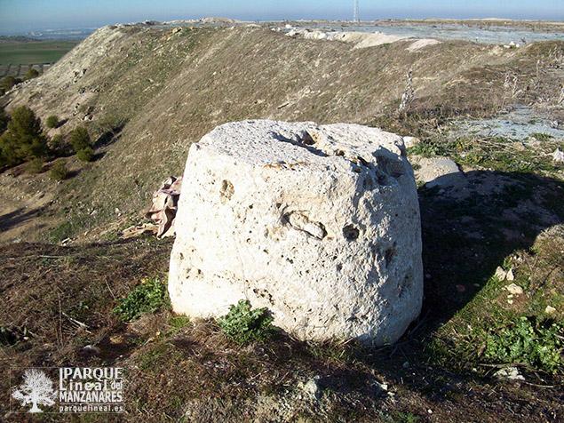 Piedra molinera - Mojón del Cerro Batallones