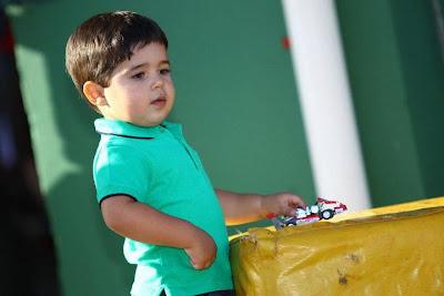 Фелипиньо Масса с игрушечным картом на картинговой гонке Флорианополис 2011