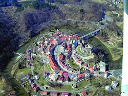 LOKET (městská památková rezervace) - 3202 obyvatel.  Město leží v meandru ohře ve tvaru lisdkého lokte. Hrad byl na tomto místě postaven zřejmě již v 11. století, dávno předtím však oblast osídlily slovanské kmeny.