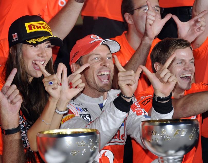 общее фото команды McLaren в честь победы Дженсона Баттона на Гран-при Японии 2011 в Сузуке