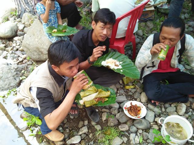 menikmati makanan di acara tradisi mattammu buah