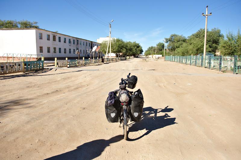 Nu pot sa nu ma intreb cum poate fi viata in Jaslik, un mic orasel comunist de 4000 de oameni de la capatul lumii.