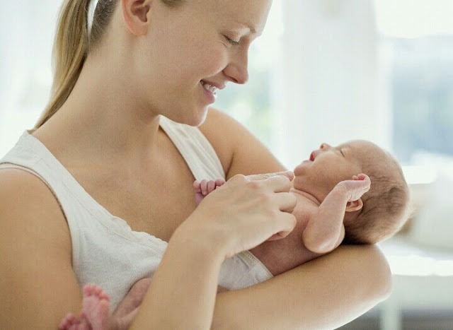 Cara Menggendong Bayi yang Benar Sesuai Usia