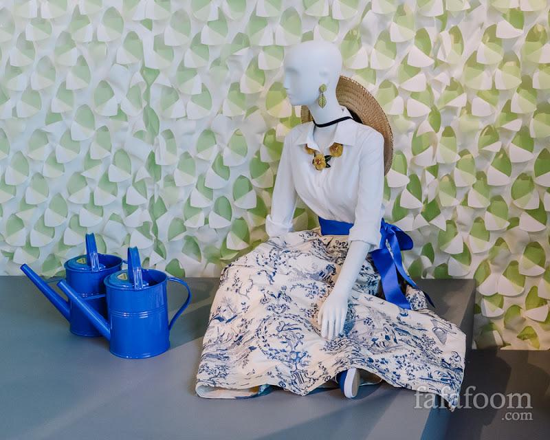 Oscar de la Renta, Evening ensemble: blouse (reproduction) and skirt, Resort 2002.