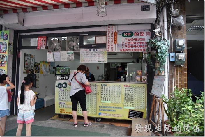 南投-炎術飲料店。埔里鎮南興街的「炎術」店面,剛到的時候,沒什麼人。