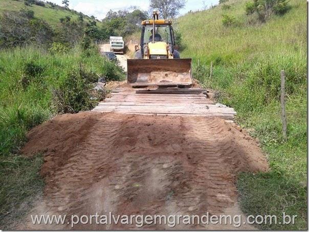 Secretaria de Obras realiza construção de uma ponte sobre o Córrego Brejáuba em Vargem Grande (2)
