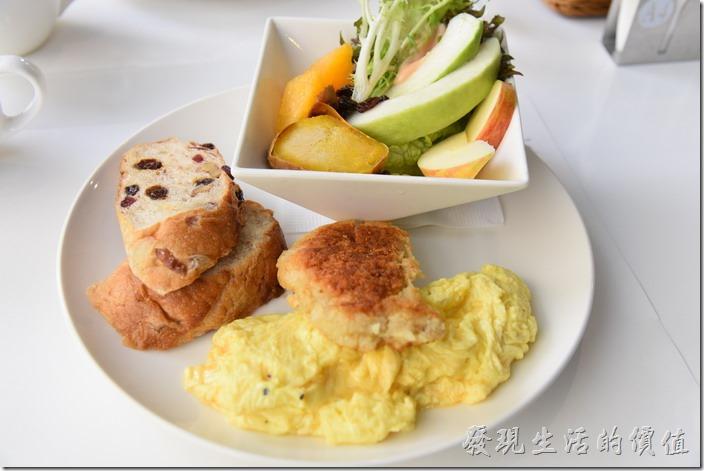 台南-森兜風早午餐。這是工作熊點的A套餐,NT280。有沙拉、雞排、無花果麵包、散蛋及地瓜。左手邊兩片無花果麵包真的好吃推薦,綿密帶著纖維的口感,慢慢咀嚼可以品嚐到麵包的香氣,中間夾雜著葡萄乾、蔓越莓及無花果的滋味。