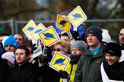 болельщики Марка Уэббера с табличками кенгуру в Милтон-Кинс 10 декабря 2011