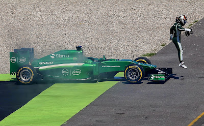 Камуи Кобаяши выпрыгивает из своего Caterham во время второй сессии свободных заездов на Гран-при Германии 2014