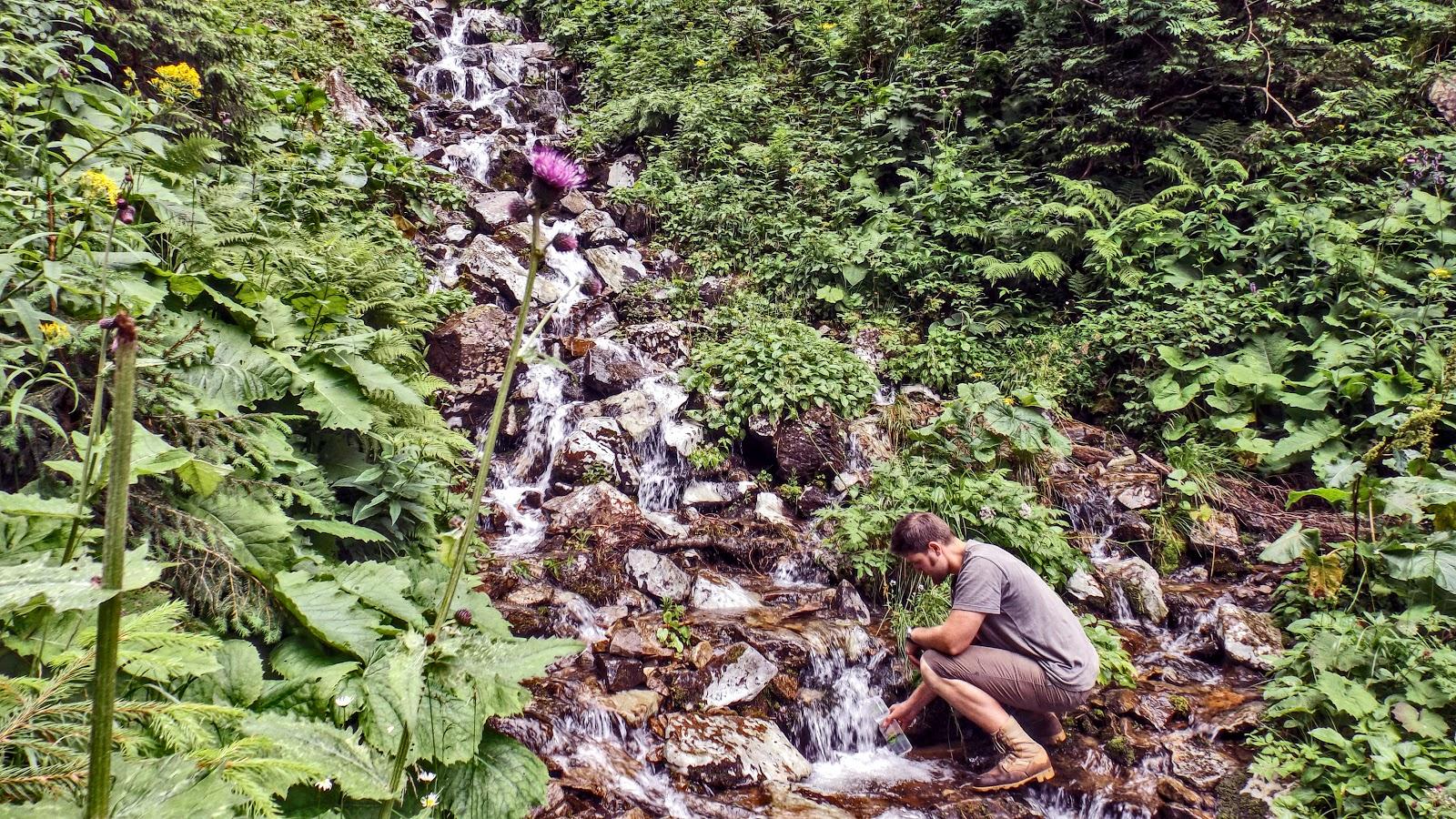 Набираю воду в струмку що перетинає траверс Молоди