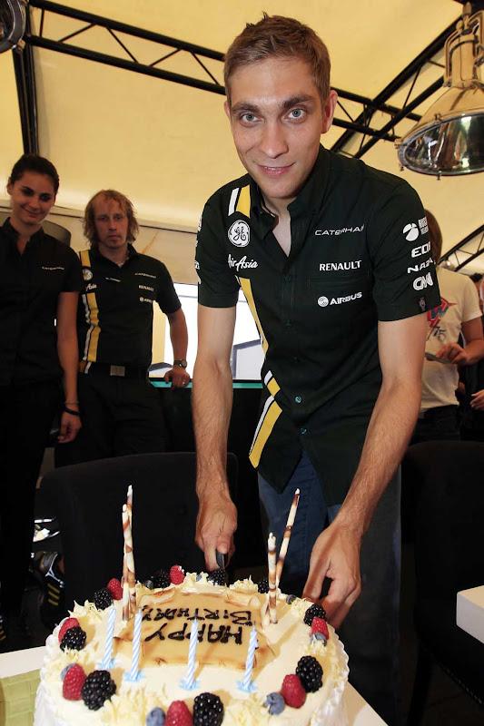 Виталий Петров режет торт на своем 28 дне рождении в Монце на Гран-при Италии 2012