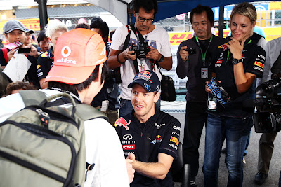 Себастьян Феттель и болельщик McLaren на автограф-сессии Гран-при Японии 2011