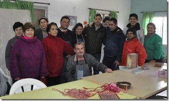 El intendente Juan Pablo de Jesús junto a los talleristas de Amor y Fe - copia
