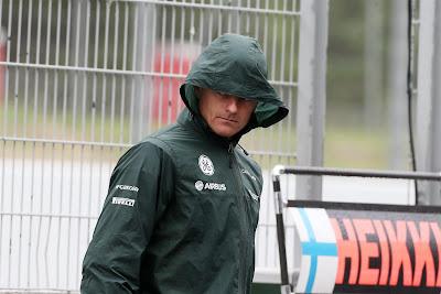 Хейкки Ковалайнен в капюшоне на Гран-при Испании 2013