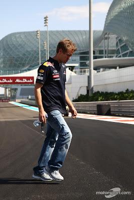Себастьян Феттель осматривает трассу во время прогулки по треку перед Гран-при Абу-Даби 2011