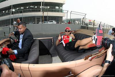 Фелипе Масса лежит на заднем сиденье на параде пилотов Гран-при Индии 2011