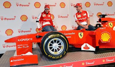 Фелипе Масса и Фернандо Алонсо и болид Ferrari целиком из лего перед Гран-при Австралии 2013