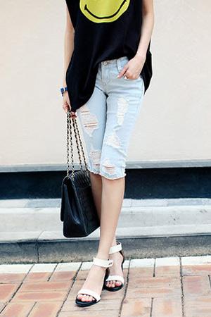 2 phong cach don gian voi jeans rach  13