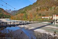 Der Ort Barcis mit dem gleichnamigen Lago. Einspurig befahrbare Hängebrücke.