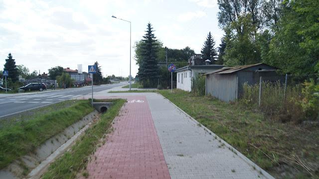 Koniec drogi dla rowerów bez zjazdu na jezdnię. Sami przejechaliśmy przejazdem na drugą stronę licząc na kontynuację drogi dla rowerów. Niestety po drugiej stronie droga dla rowerów zawracała w kierunku Lublina. Później zwróciliśmy także uwagę, że w tym miejscu na jezdni wciąż obowiązuje zakaz jazdy rowerem po jezdni! Jest to jednocześnie koniec odcinka 2.3 (Radawiec Duży - Bełżyce).