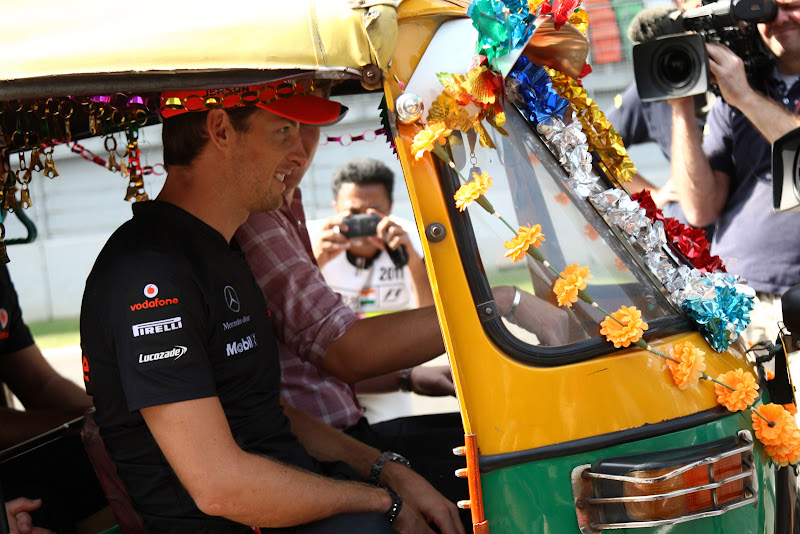 Дженсон Баттон и Джейк Хамфри в индийской машинке на трассе Буддх на Гран-при Индии 2011