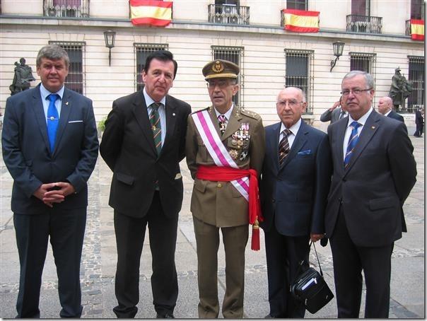 La Comisión de la Cofradía con el Teniente General García Sánchez que presidió el acto