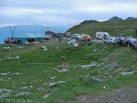 Auf dem Passo di San Marco (1985 m). Feier der Alpini (Gebirgsjäger) zum Gedenken der Gefallenen aller Kriege.