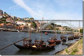 Les rabelos transportaient les tonneaux de vin depuis la haute vallée du Douro jusqu'aux chais du quartier de Vila Nova Gaia.