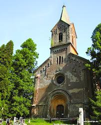 V obci Boč, dříve zvané Hvozd, dominuje novorománský kostel sv. Václava z let 1874 - 75 s gotickou sochou madony z pol. 15. století a pozdně barokní fara z pol. 18. století.