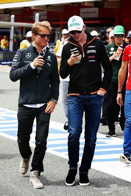Нико Росберг и Нико Хюлькенберг с телефоном на параде пилотов Гран-при Испании 2014
