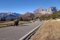 Passo Pordoi (2239m), Ostrampe. Rechts im Bild die markante Langkofelgruppe (Sassolungo) beim Sellajoch.