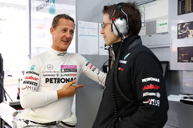 Михаэль Шумахер с инженером на Гран-при Кореи 2011
