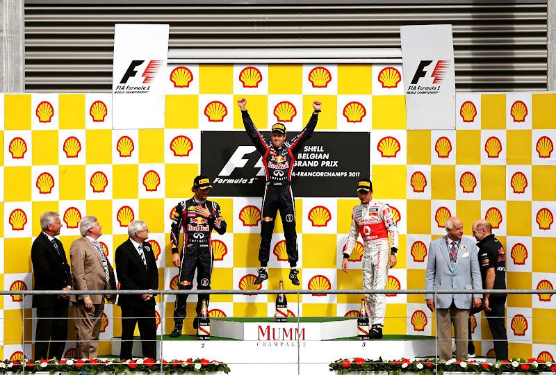 прыжок Себастьяна Феттеля на победном подиуме Гран-при Бельгии 2011
