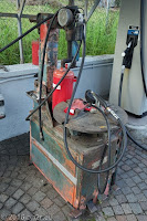 Reifenmontiermaschine an einer Tankstelle in Calalzo. Stets bereit, auch bei Eis und Schnee.