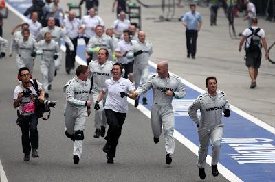 механики Mercedes бегут к подиуму после победы Нико Росберга на Гран-при Китая 2012