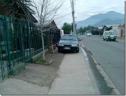 auto en vereda