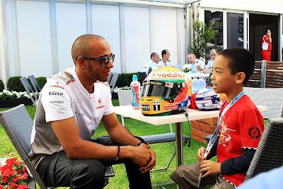 Льюис Хэмилтон и маленький болельщик общаются на Гран-при Австралии 2012