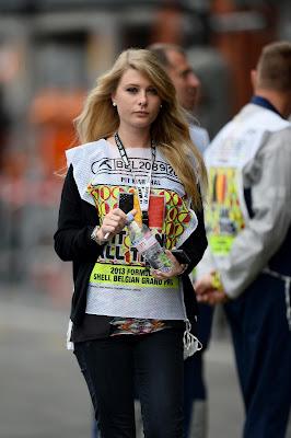 девушка маршал на Гран-при Бельгии 2013
