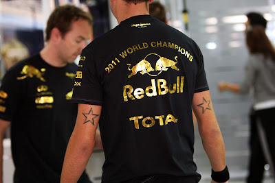 механик Red Bull в чемпионской футболке на Йонам Гран-при Кореи 2011