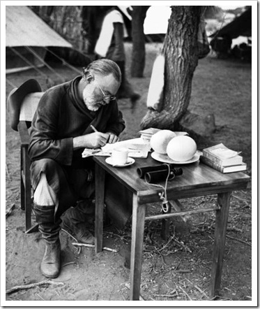 AG1RTC Hemingway, Ernest, 21.7.1898 - 2.7.1961, American writer and journalist, in East Africa, circa 1947, writing for Look magaz